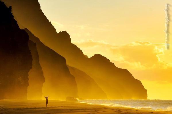 لحظة الغروب الساحرة من على شاطئ كالالاو