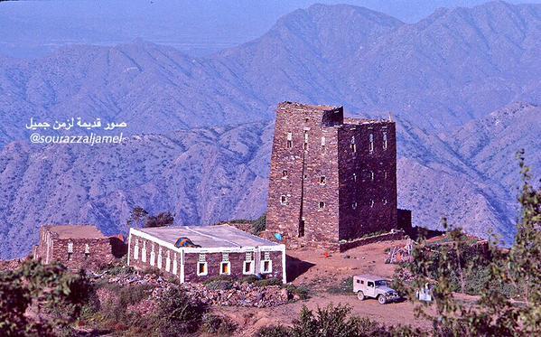 منزل يعانق السحاب في جبل صلب بمحافظة رجال ألمع