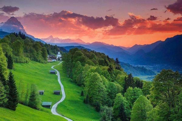 الطبيعة الخضراء في بفاريا بألمانيا.