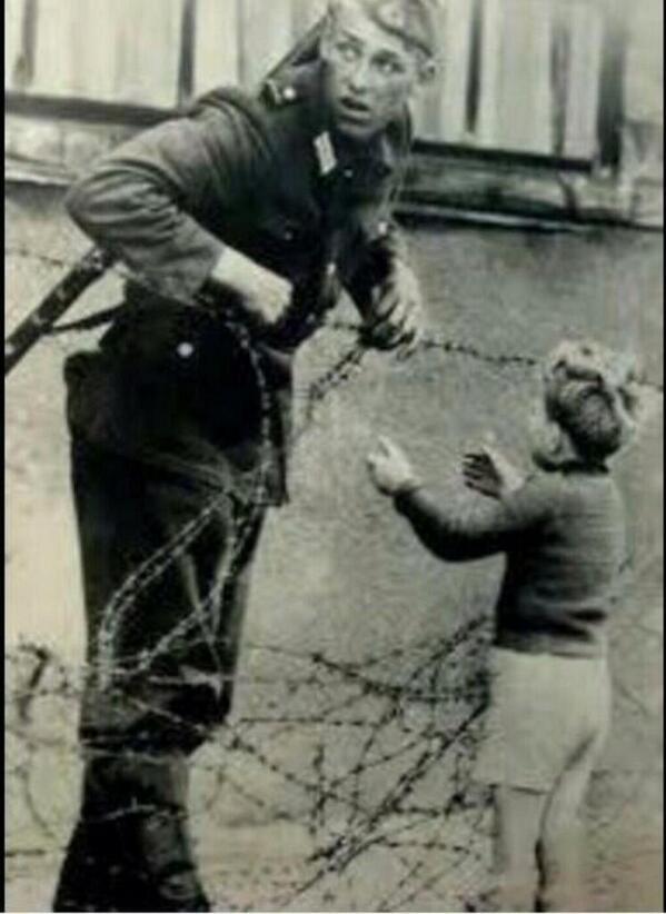 جندي تم إعدامه بسبب أنه فتح السلك الشائك لجدار برلين أمام طفل ليلحق بأهله