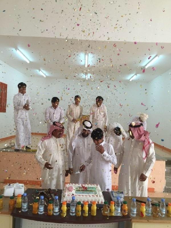 فاجأت مدرسة متوسطة في عرعر طالب عمره 15 سنة باحتفالها بزواجه