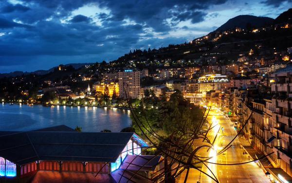 مدينة مونترو الجميلة بسويسرا ليلا،