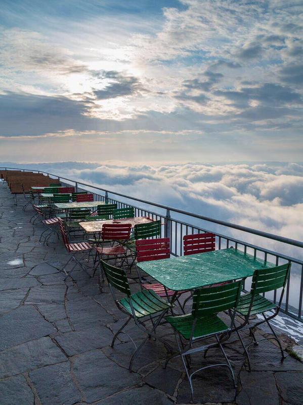 مطعم فوق السحاب، قمة جبل سانتيس شمالي سويسرا.