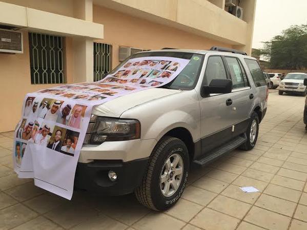 طلاب يكرمون معلمهم المربي بسيارة
