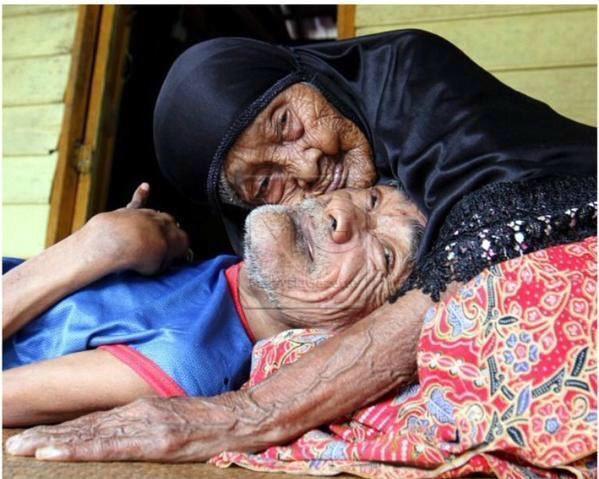 أم ماليزية تجاوز عمرها الـ ١٠٠سنة تعتني بإبنها ٦٣سنة
