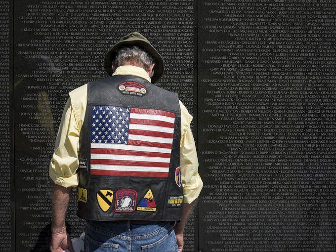 رجل يقف أمام النصب التذكاري لقتلى الجيش الأمريكي في فيتنام، واشنطن.