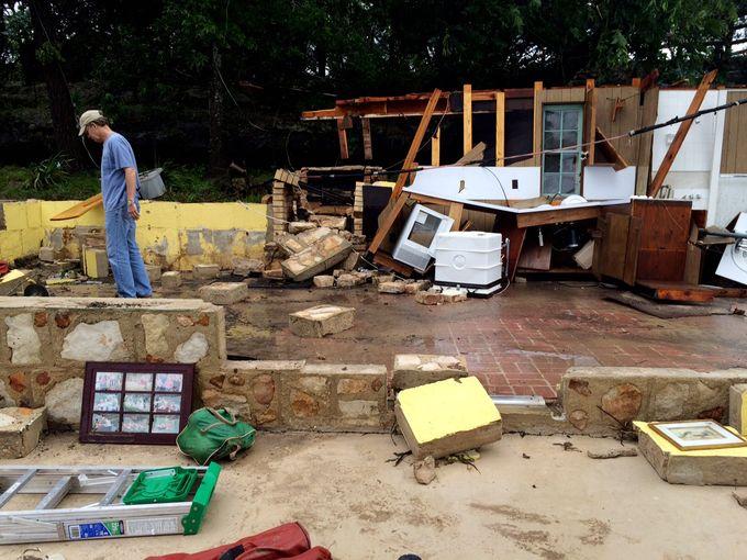 جوردون ولش يمسح الأضرار التي لحقت بمنزله على طول طريق نهر بلانكو في يمبرلي، تكساس بفعل الفيضانات.