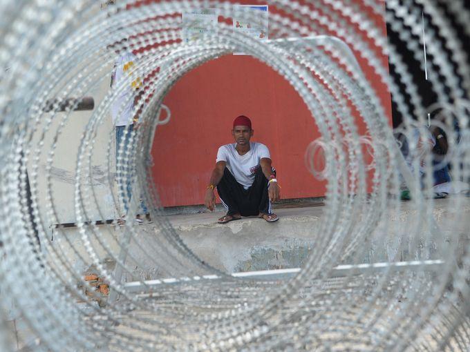 مهاجر من بنغلادش يجلس في ملجأ للمهاجرين في أنجسا
