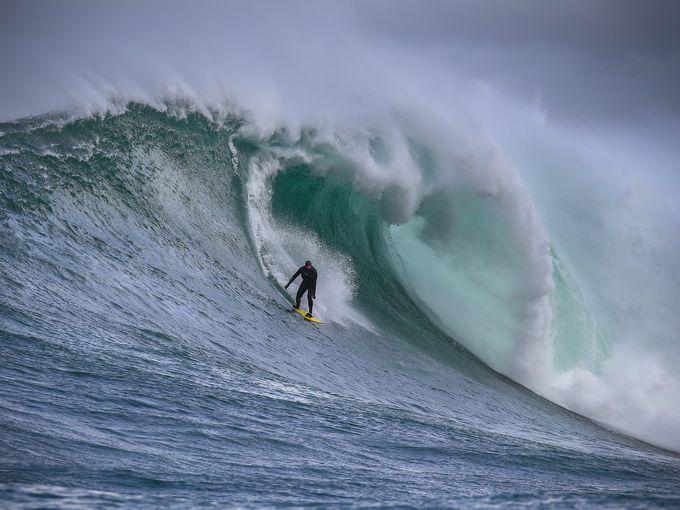 سيرفر جاك ثيرون يركب موجة قبالة ساحل كيب تاون.