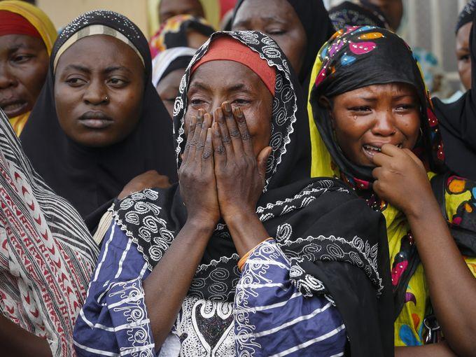 """ساء مسلمات يبكين خلال مراسم تشييع الزعيم الأسبق للحزب معارض الاتحاد من أجل السلام """"زيدي فيروزو"""" والذي تم قتله بالرصاص مع حارسه الشخصي في العاصمة بوجمبورا."""