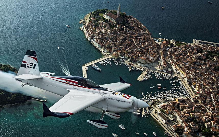 صور حول العالم ماتياس دولديرير يحلق بطائرته فوق مدينة روفيني خلال المرحلة الثالثة من بطولة العالم لسباق ريد بول الجوي.