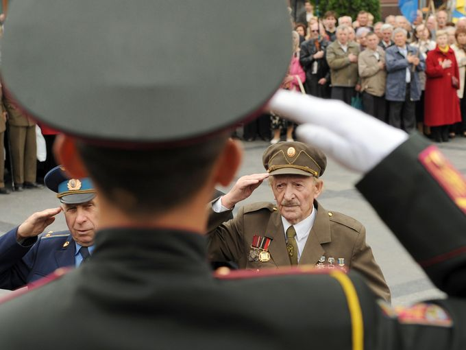 قدامى جيش المتمردين وقدامى المحاربين في الجيش الأوكراني يؤدون التحية