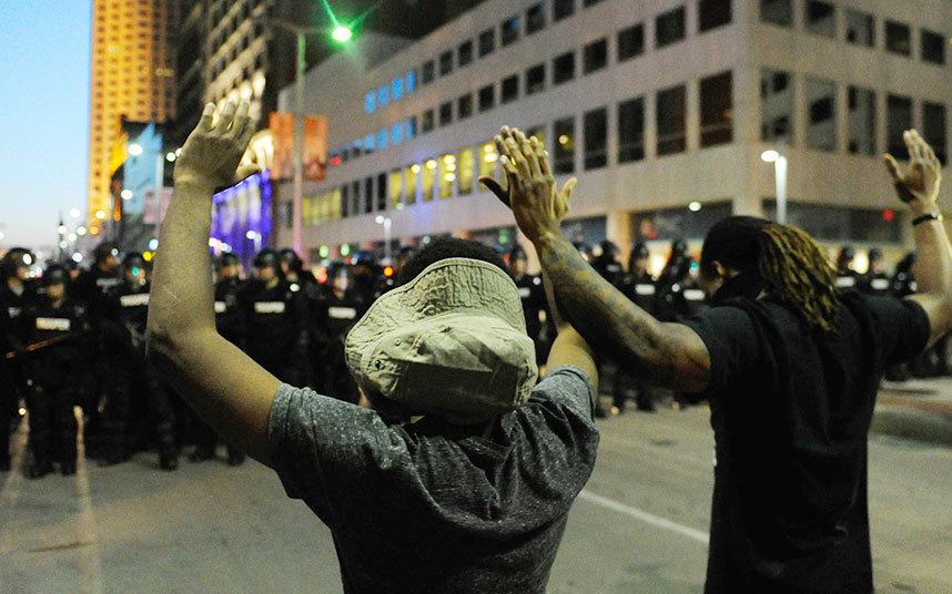 المتظاهرون يرفعون أيديهم أمام الشرطة في مدينة كليفلاند، أوهايو.