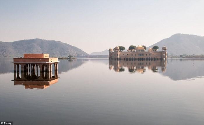 قصر عائم في الهند يتحول إلى مطعم فخم