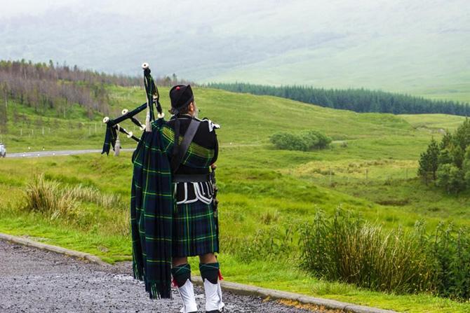 بموجب القانون، يحق للمواطن الأسكتلندي أن يتم قتله في حالة حمله للقوس والسهام!