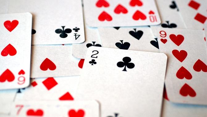 يحظر قانون يعود إلى عام 1867 على كل من يقيم على مسافة أقل من ميل من مستودع أسلحة أو متفجرات، اقتناء لعبة ورق
