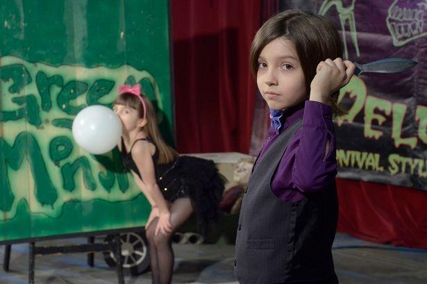 أصغر رامي سكاكين استعراضي في العالم