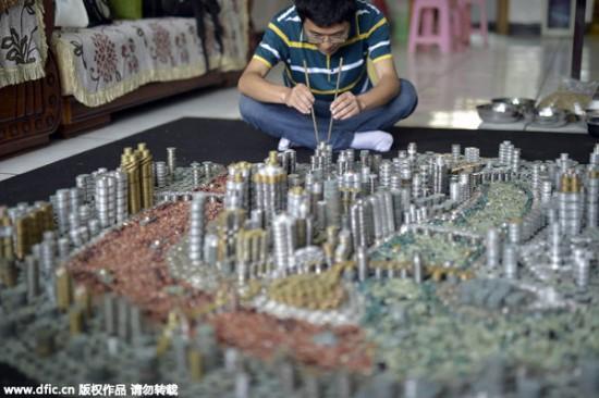 فنان صيني يبني مدينة مدهشة بواسطة القطع النقدية