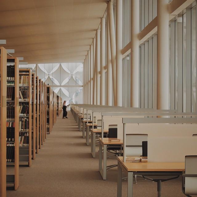 داخل مكتبة