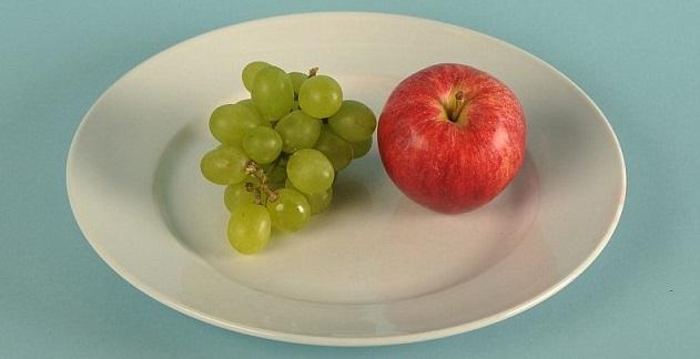 تفاحة واحدة وحفنة من العنب