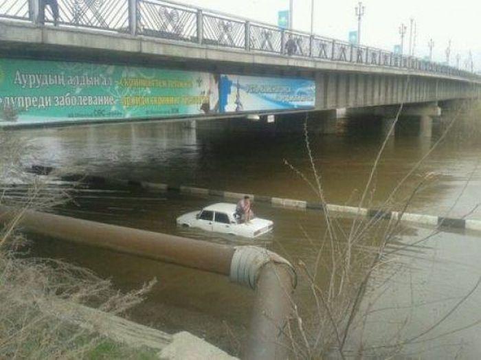 سيارة تسبح في النهر