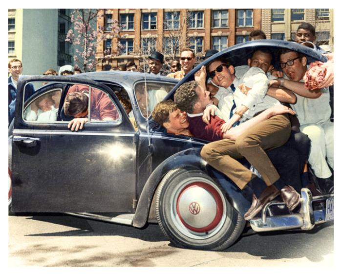طلاب الجامعات يدافعون على سيارة فولكس واجن بيتل، (1965)