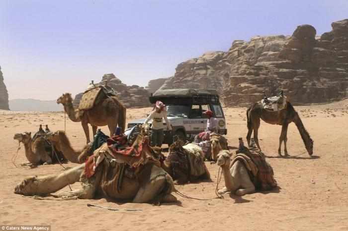 رجل يقضي 20 عاماً في السفر حول العالم بسيارة لاند روفر