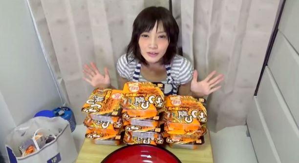 فتاة يابانية تأكل 4 كيلو من الشعيرية في 3 دقائق
