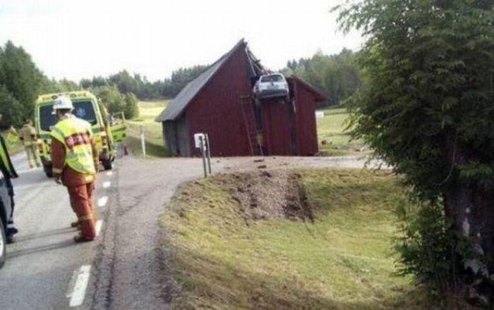 سيارة تحطم منزل
