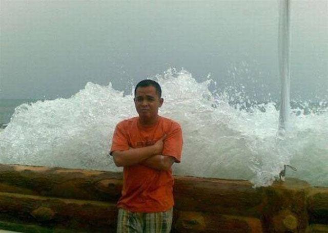 موجة تضرب رجل
