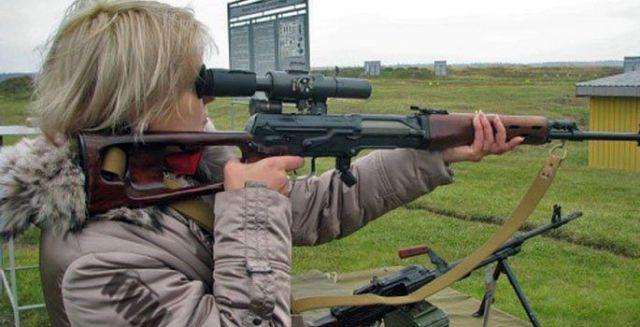 نساء وأسلحة