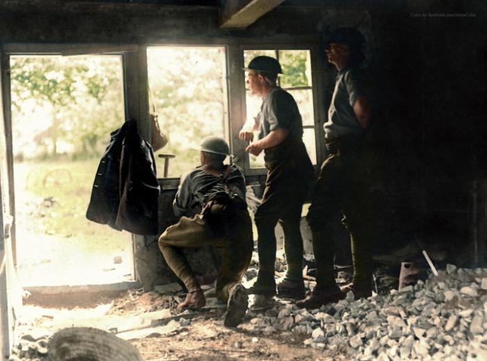 ثلاثة جنود  في ملجأ ملئ بالركام في مكان ما في فرنسا خلال الحرب العالمية الأولى، (1917)