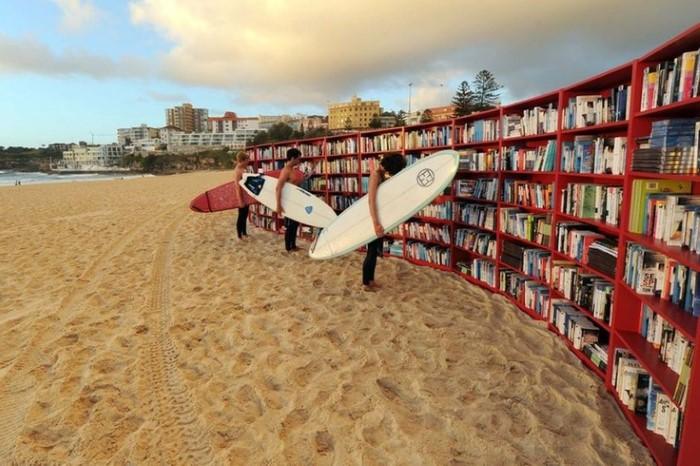 مكتبة على الشاطئ