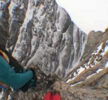 قفزات مجنونة من أعلى جبال جزيرة مافين.. (فيديو)