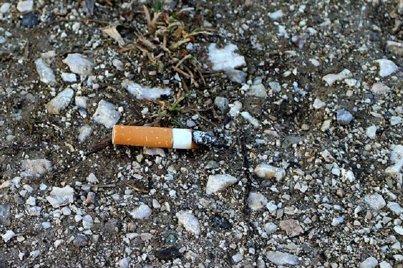 رمي سيجارة مشتعلة على الأرض