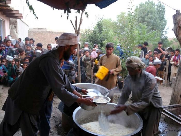 رجل أفغاني يوزع الإفطار على الناس في ولاية غازني