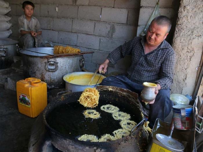 رجل يعد الجليبي التقليدي في غازني