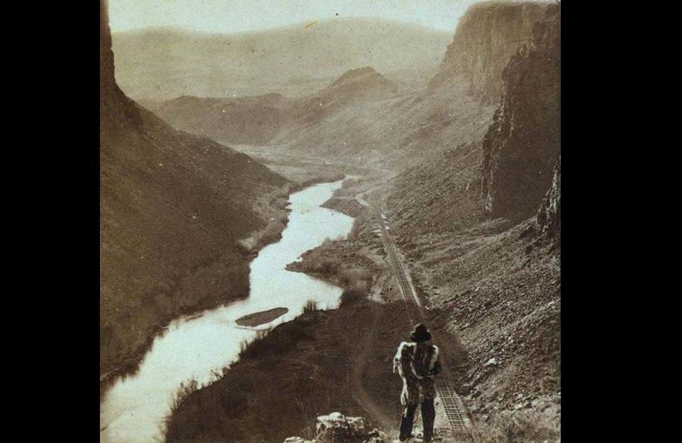 أحد سكان أمريكا الأصليين يتابعون خط السكك الحديدية