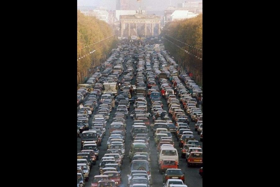 ازدحام مروري في برلين بعد فتح الحدود بين ألمانيا الشرقية والغربية