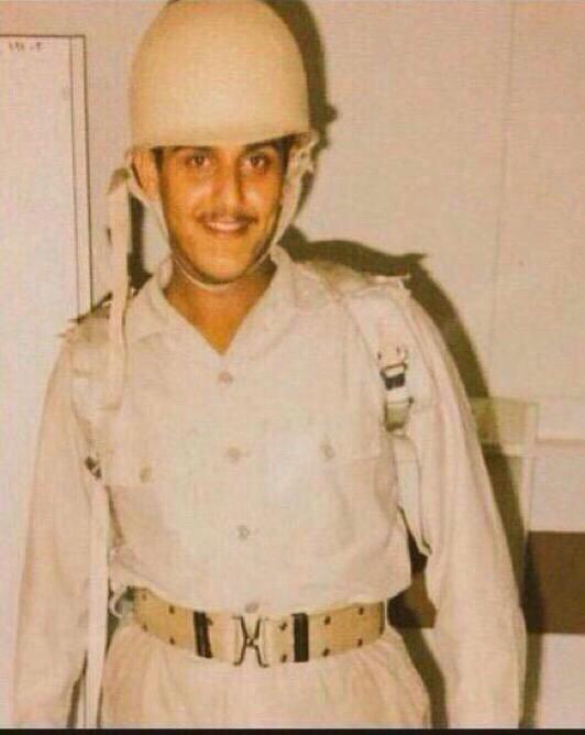 """صورة لرئيس نادي الهلال """"نواف بن سعد"""" عندما كان طالبا في كلية الملك عبدالعزيز الحربيه عام ١٩٨٩م."""
