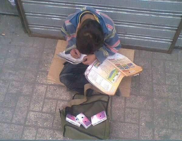 الفقر والحاجة لم تمنعان هذا الطفل من العلم