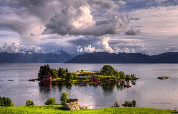 مشهد مذهل لجزيرة خاصة في النرويج.