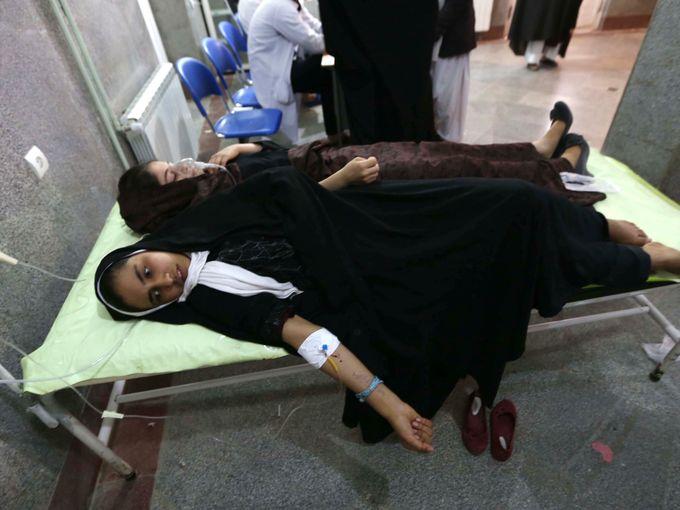 صور حول العالم طالبة مدرسة أفغانية تتلقى العلاج في مستشفى محلي بعد ظهور علامات تسمم عليها