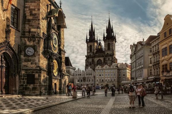 أشهر مزارات مدينة براغ التشيكية وهي الساعة القديمة المعروفة