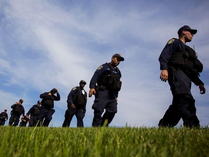 قوات الشرطة وعناصر مكلفة بتنفيذ القانون تواصل جهودها الحثيثة للبحث عن السجناء الهاربين من سجن محصن في نيويورك