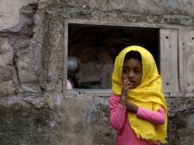 """طفلة من قوافل المهاجرين تقف بجوار محطة القطار """"تيبورتينا"""" في روما"""