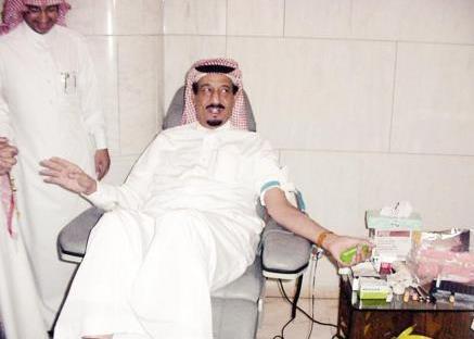 صورة سابقة للملك سلمان وهو يتبرع بالدم بمناسبة يوم التبرع العالمي!