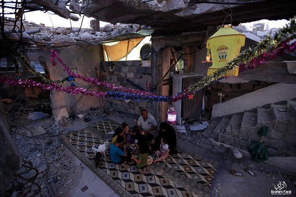 عائلة من غزة تفطر في رمضان