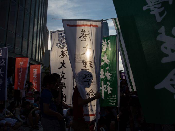 حشد كبير من المؤيدين للديموقراطية يستمعون إلى خطبة خارج مقر الحكومة في هونج كونج.