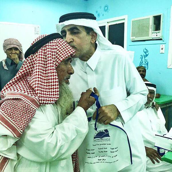 وزير التعليم د.عزام الدخيل يقبّل رأس دارس مُسن في مدرسةٍ لمحو الأمية بنجران!